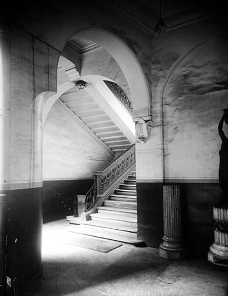 L'hôtel de Canillac - Le grand escalier avec sa rampe en bois sculpté