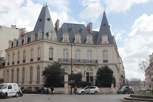 L'hôtel de Clermont-Tonnerre - La façade principale donnant sur la place François 1er