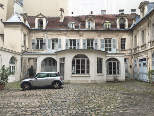 L'hôtel de Cormery - La façade principale donnant sur la cour