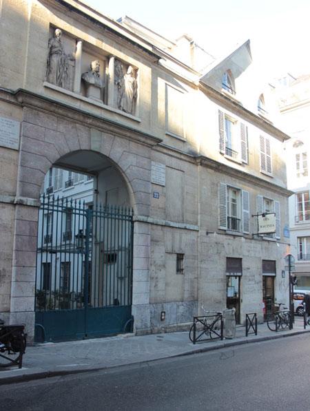 Portail de l'hôtel avec des allégories des Arts entourant le buste du sculpteur Jean Goujon