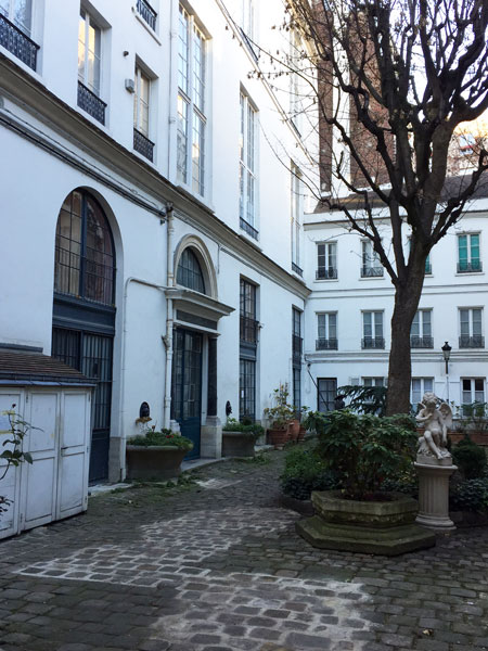 Aile gauche dans la cour : des ateliers d'artiste occupent le 1er étage