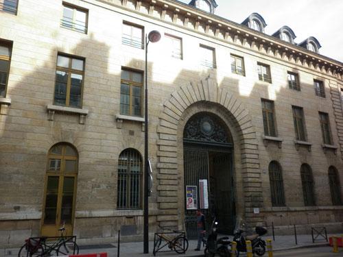 L'hospice Beaujon - La façade sur rue et le portail monumental animé par des bossages rustiques