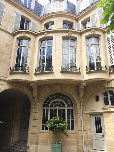 L'hôtel de Salm-Dyck : l'étonnant passage, à la façade mouvementée, entre le logis et l'aile perpendiculaire au niveau du 1er étage