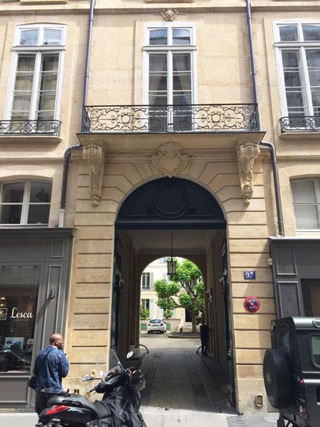 L'hôtel de Salm-Dyck : le portail et au fond la cour