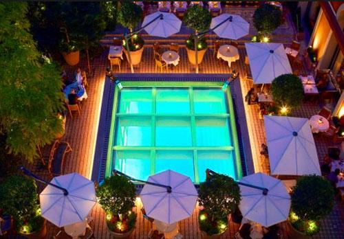 Le Royal Monceau : le jardin et la verrière éclairant la piscine intérieure