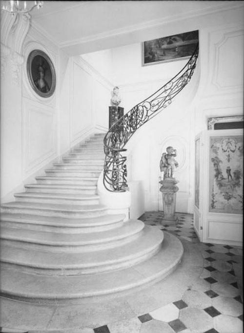 L'hôtel du n°118 - Le grand escalier avec sa rampe en fer forgé