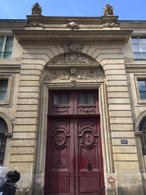 Le portail de l'hôtel du n° 120