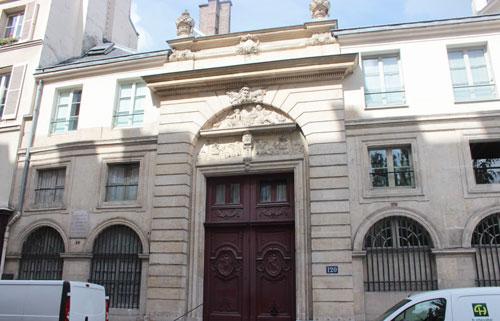 L'hôtel du n° 120 : le portail est doté de très beaux vantaux et d'un tympan sculpté.