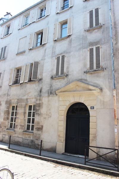 La communauté de Sainte-Aure : la jolie porte du n°18 rue Tournefort