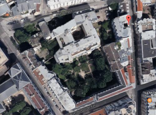 Vue aérienne de l'ancien couvent : le jardin de l'ancien cloître est bien visible.
