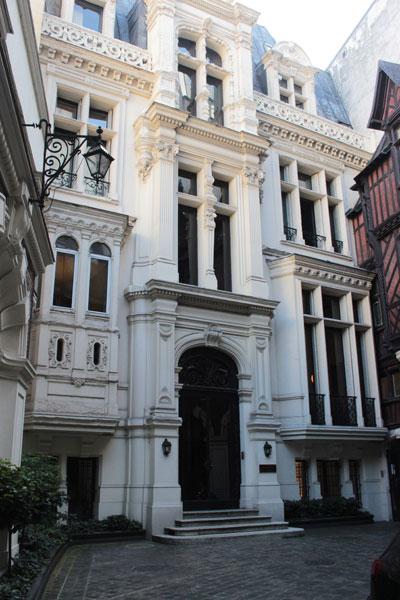 L'hôtel Henri Menier - La façade du bâtiment en fond de cour