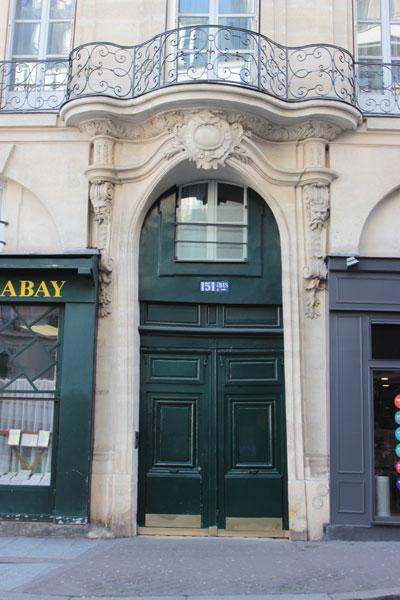 L'immeuble sur rue : le portail surmonté d'un éblouissant balcon Régence