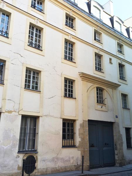 L'hôtel de Lutteaux ou hôtel de Sainte-Aure : l'austère façade sur rue