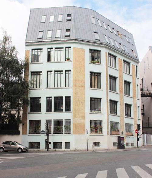 Immeuble de logements : l'ancien bâtiment industriel situé à l'angle de la rue Cantagrel et de la rue du Dessous-des-Berges a été renové et percé d'une faille.