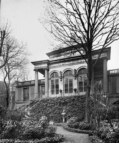 Le pavillon néo-classique au fond de jardin