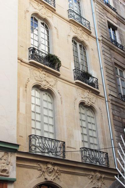 Maison Dubuisson : la façade de style Rocaille, plutôt rare à Paris