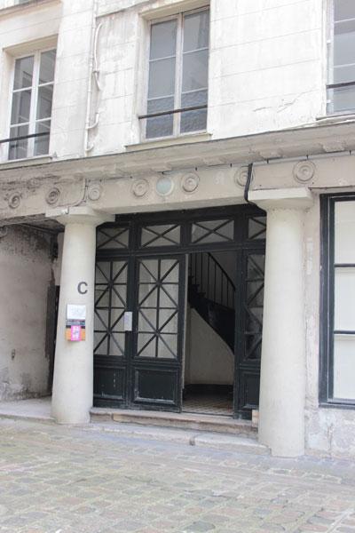 Les Bains Chantereine : colonnes doriques surmontées d'une frise de métopes  à l'entrée des ailes latérales.