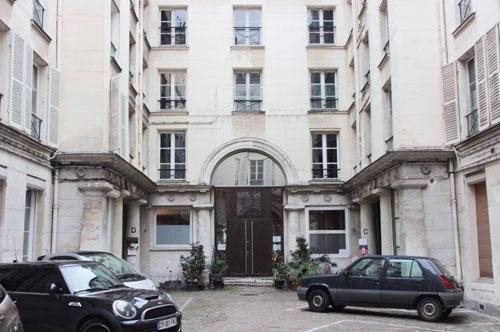 Les Bains Chantereine : La façade des anciens bains au fond de la cour