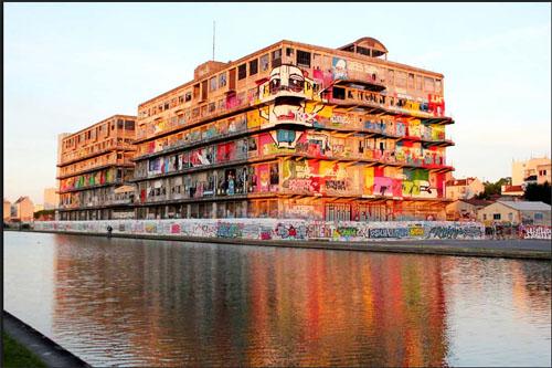 La canal de l'Ourcq : au niveau de Pantin, les anciens Magasins Généraux avant leur transformation en bureaux pour l'agence de publicité BETC