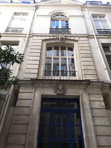 La travée centrale de l'hôtel : mascaron décoratif aux clefs des baies du rez-de-chaussée et du 1er étage, fronton triangulaire surmontant le 2e étage