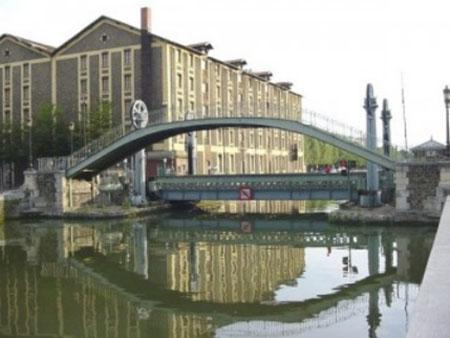 Le pont mobile et la passerelle au niveau de la rue de Crimée