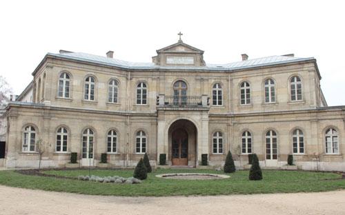 La fondation Eugène Napoléon : la façade principale précédée d'une cour d'honneur