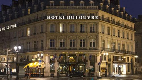 Hôtel du Louvre : l'entrée est située dans l'axe de l'avenue de l'Opéra