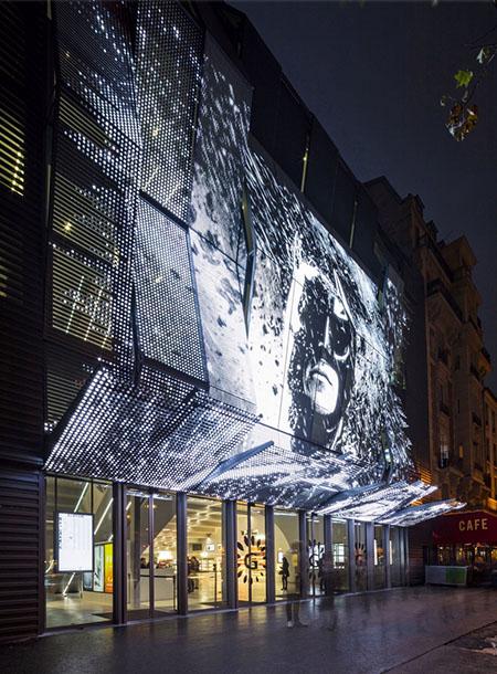 Alesia Cinéma : la façade plissée sur laquelle sont projettées des images