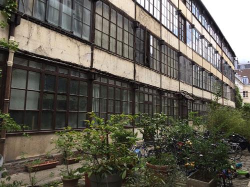 Cour industrielle Rue Sedaine : l'immeuble à charpente en bois
