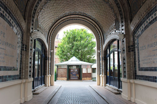 Les HBM de la rue d'Annam - Le porche décoré de mosaïques