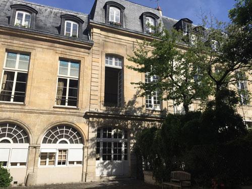 L'hôtel de Brunvilliers : l'aile gauche dans la cour