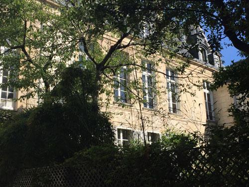 L'hôtel de Brunvilliers : l'aile gauche se prolonge par un second corps de logis donnant sur un jardin.