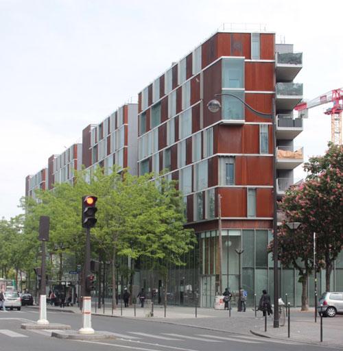 Logements sociaux et équipements : façade située à l'angle avec la rue Binet