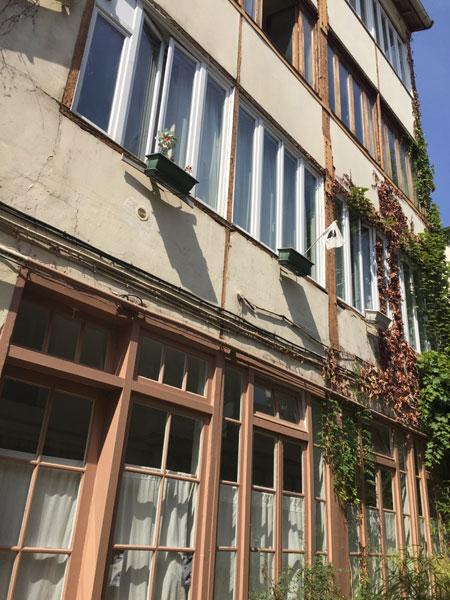 Cour ancienne au n°173 rue du faubourg Saint-Antoine : ancienne atelier en ossature bois