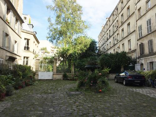 Cour ancienne Rue de Belleville : une ancienne fonte trône au milieu