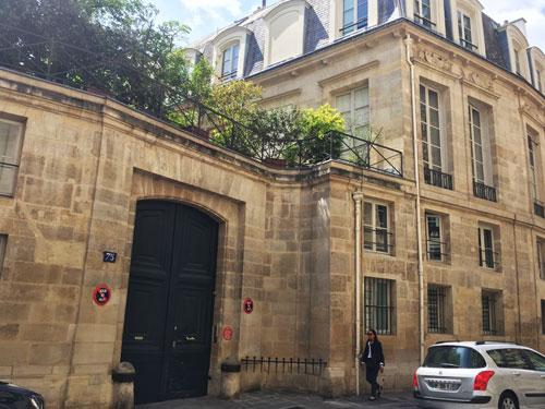 L'hôtel de Fürstenberg : le portail et la façade sur rue