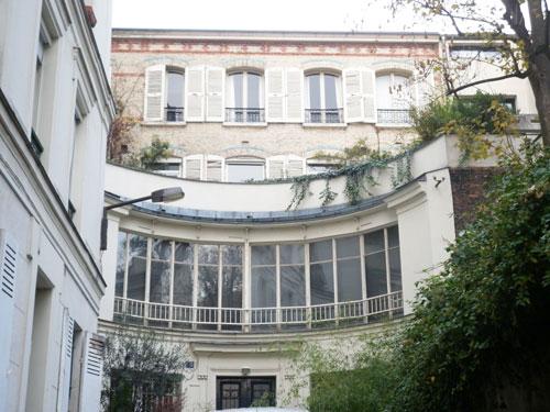 La cité du Midi : la maison à façade incurvée au fond de la cité, au n°15