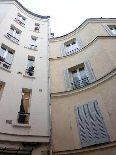 La cité du Midi : les façades courbes d'immeuble à l'emplacement où les voitures à chevaux pouvaient faire demi-tour