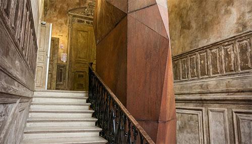 L'hôtel Soltykoff : l'escalier et l'ascenseur caché dans un totem