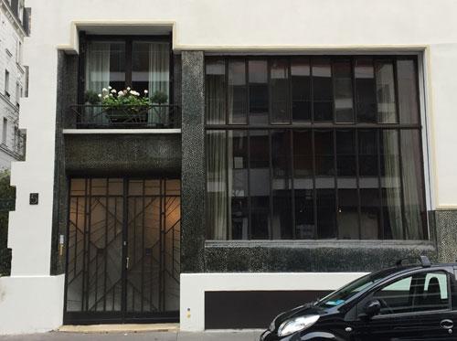 Logements Rue du docteur Blanche : le rez-de-chaussée habillé de mosaïque noire