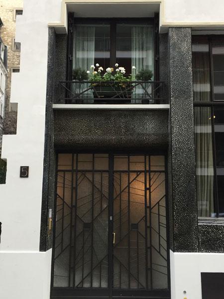 ©paris-promeneurs : les ferronneries géométriques de la porte d'entrée