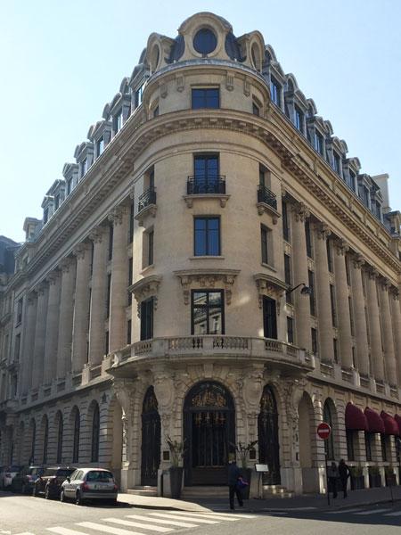 Le Banke hôtel : l'entrée est située à l'angle de l'immeuble