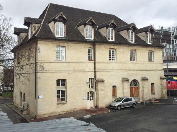 L'autre façade de l'actuelle buanderie, vestige du Petit Arsenal