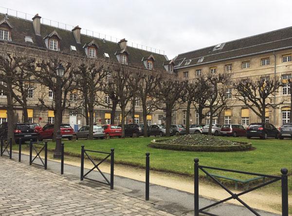 La cour sainte-Claire :  à gauche la division Hémey, à droite la division Jacquard