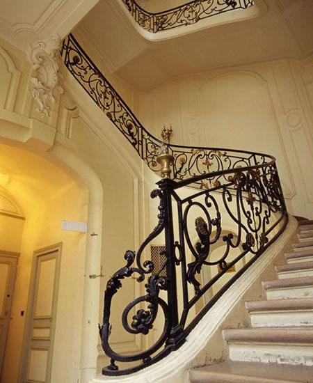 L'hôtel Castelan : le bel escalier du XVIIIe siècle avec sa rampe en fer forgé