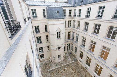 L'hôtel Desmarets : la cour intérieure - La tourelle hors œuvre est un ajout du XIXe siècle