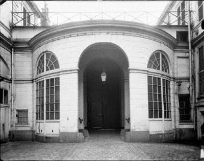 Le vestibule circulaire aménagé dans le corps de bâtiment sur rue