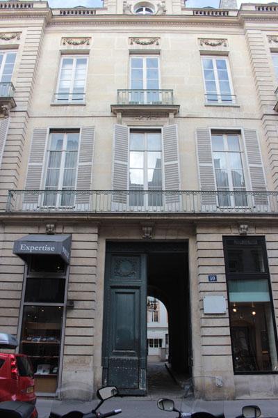 L'hôtel de Novilos - Le portail et le centre de la façade sur rue
