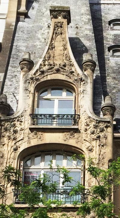 L'hôtel Pauilhac : des branches de pin et pommes de pin envahissent la façade