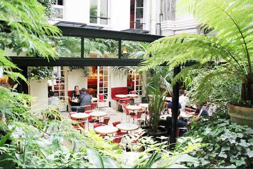 L'Hôtel Amour : la terrasse sous la verrière